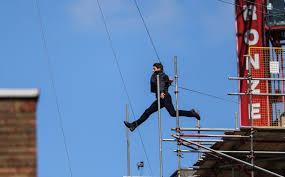 """Tom Cruise blessé sur le tournage de """"Mission: Impossible 6"""", suspendu (presse)"""