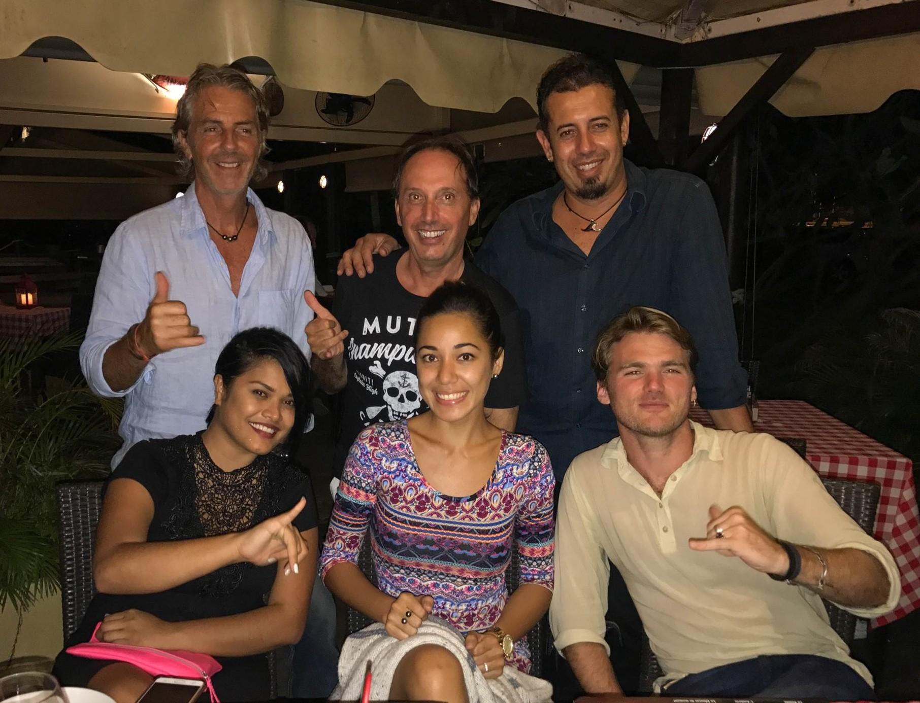 Une partie de l'équipe réunie à Tahiti. En haut, de gauche à droite : Thierry Cordonnier, Phil Nardone et Teiva LC. En bas, de gauche à droite : Vaheana Fernandez, Eva Ariitai et Thomas Jagas.