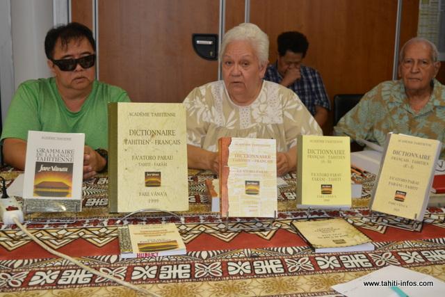 Flora Devatine, directrice du Fare Vāna'a a présenté ce mercredi après-midi à la presse, leur nouveau dictionnaire. Elle était entourée des membres de l'Académie.