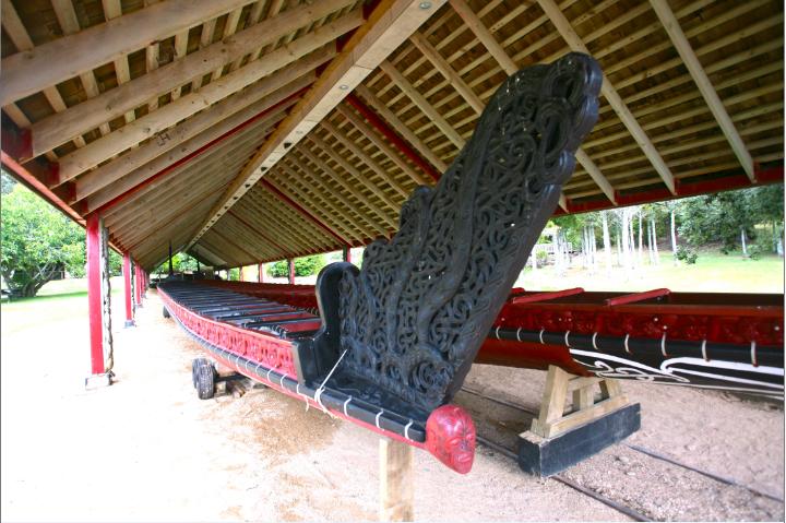 Le vaka maori (la pirogue) à l'abri devant la plage de Hobson Beach mesure 35m de long ; il est appelé NgatokiMatawhaorua. Il faut 76 rameurs au moins pour le manœuvrer correctement en haute mer. Il a été lancé pour la première fois en 1940 pour le centenaire du traité. Il porte le nom du vaka sur lequel arriva l'explorateur maori Kupe.