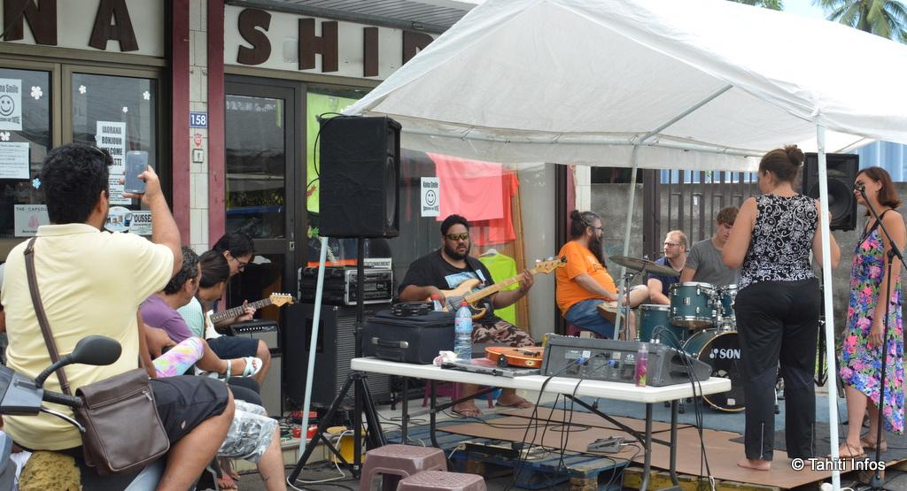 Un concert improvisé en pleine rue à Taunoa