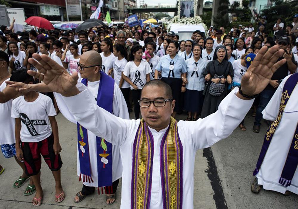 Philippines: les funérailles d'un adolescent tournent en vaste manifestation contre Duterte