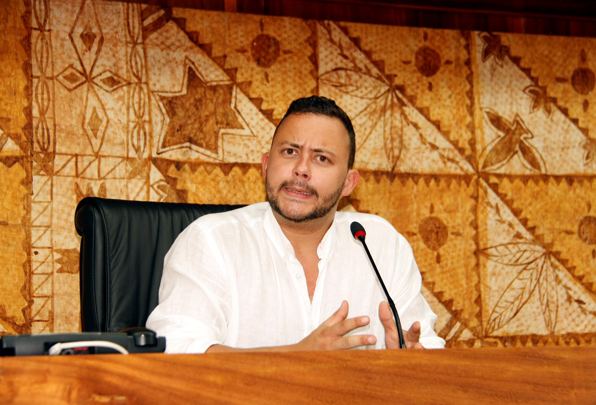 L'imitateur a rendu visite au président de la troisième institution en Polynésie et en a profité pour prendre place au perchoir de l'hémicycle.