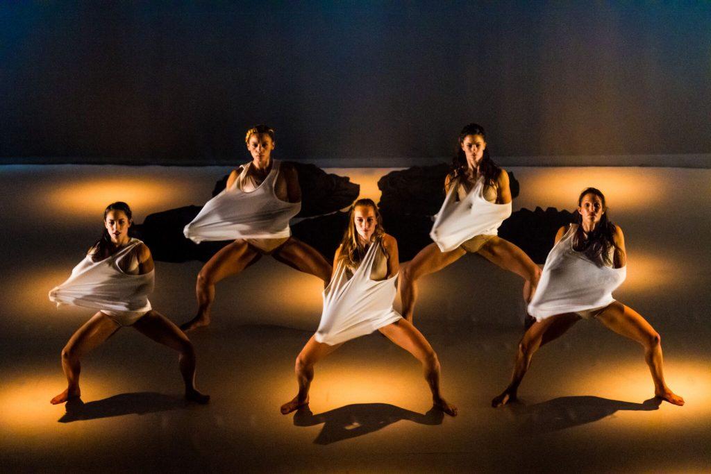 Cinq danseuses extrêmes offrent des prestations entre tradition et modernité.
