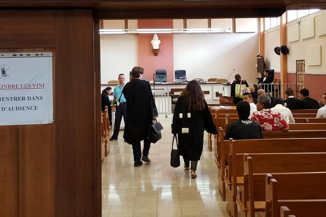 A peine la moitié des prévenus se sont présentés à l'audience, trois mandats d'arrêts ont été délivrés contre les absents.