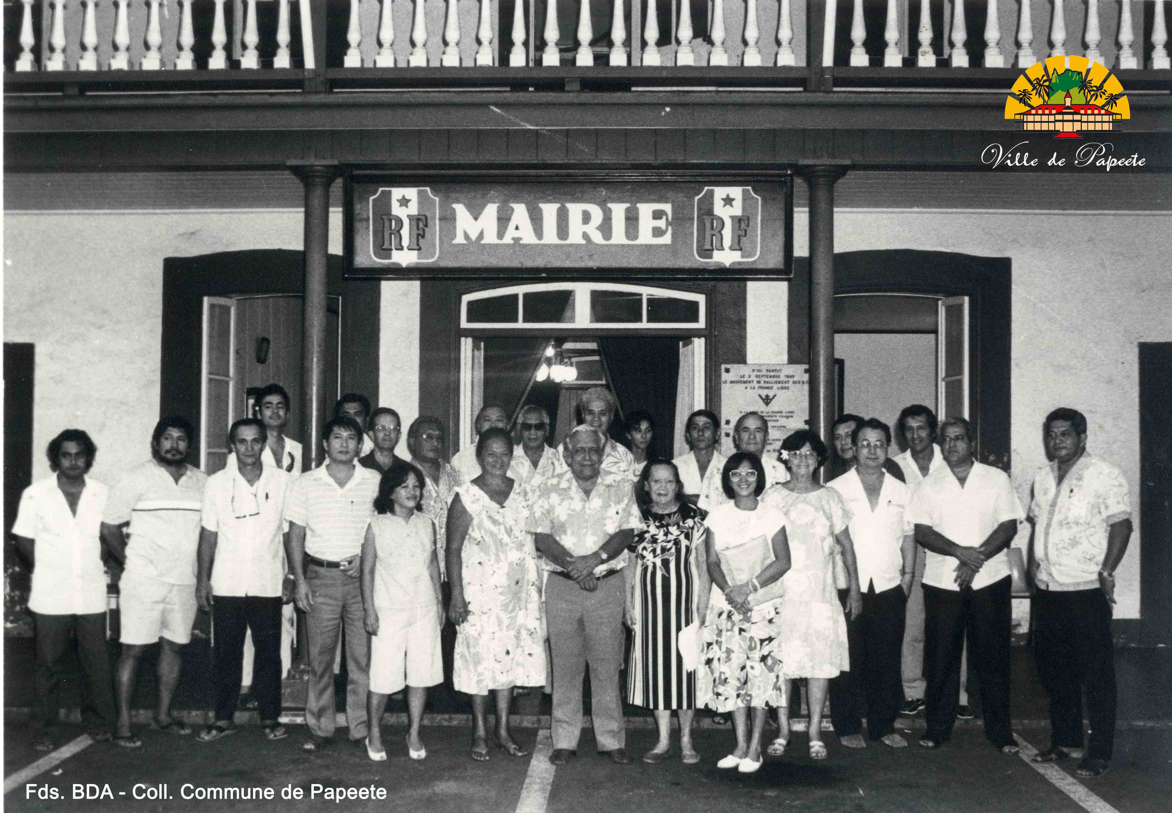 Louise Carlson (ici à droite de Jean Juventin) avait été tāvana de Papeete de 1993 à 1995. Elle est décédée mardi à l'âge de 87 ans.