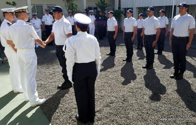 Luc Roattino commandant du centre régional de formation, et Frédéric Poisot, directeur de cabinet du haut-commissariat, ont salué l'engagement de ces huit jeunes polynésiens.