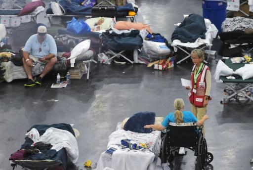 Un membre de la Croix-Rouge s'entretient avec des personnes évacuées après le passage destructeur de l'ouragan Harvey, le 2 septembre 2017 à Houston © MANDEL NGAN AFP