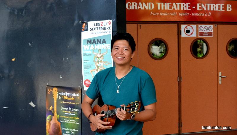 Ryane, joueur de 'ukulele professionnel et professeur de 'ukulele à Tahiti.