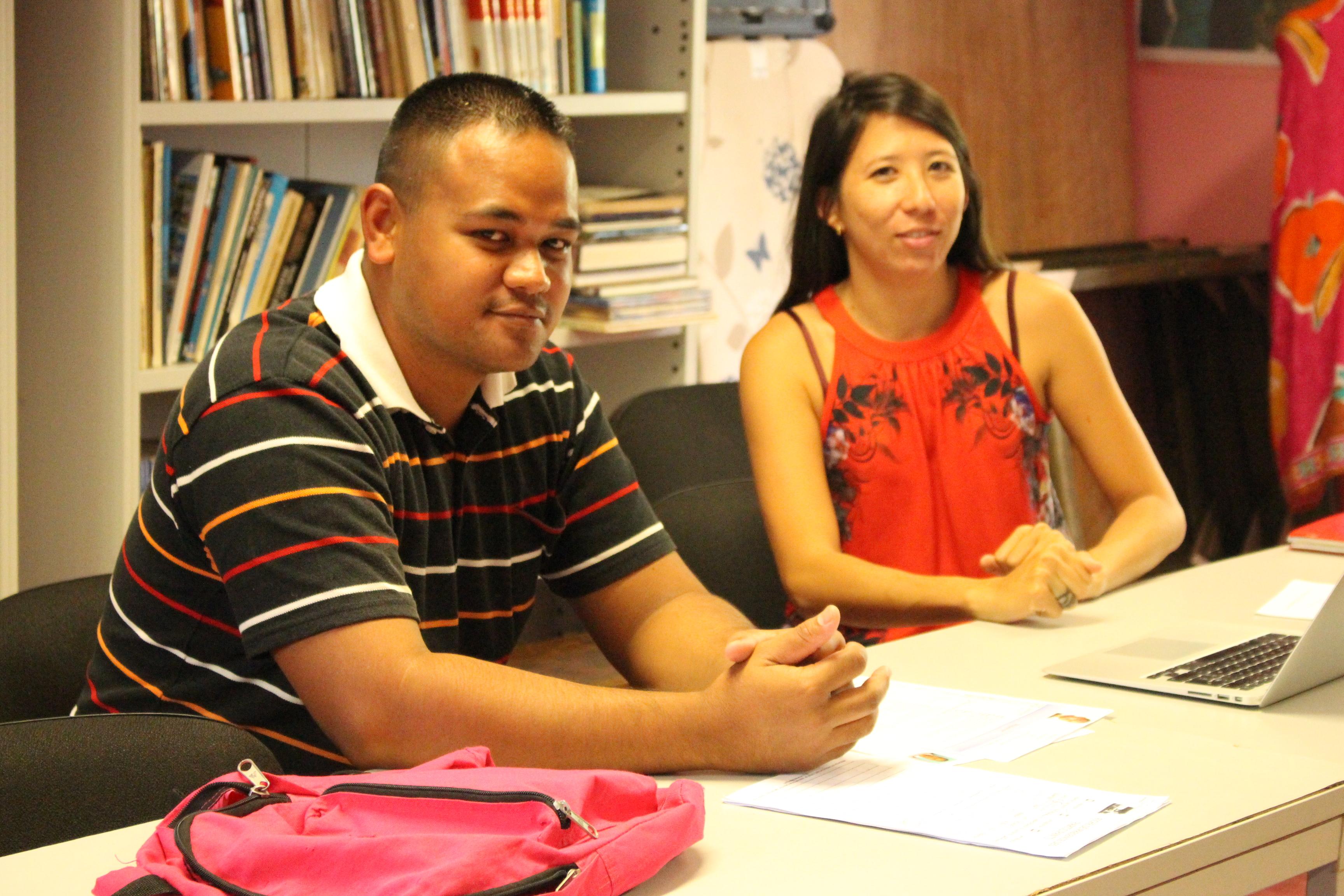 Tehotu passe un entretien individuel avec Laëtitia pour rédiger son CV et sa lettre de motivation. Il cherche un emploi immédiatement.