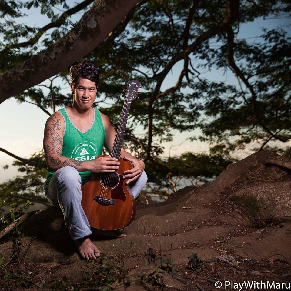 """Plus jeune musicien du Heiva à l'âge de 13 ans, gagnant du concours de chant """"9 semaines et un jour"""" en 2010, l'artiste a participé au concert """"Elvis Forever"""" en mai dernier."""