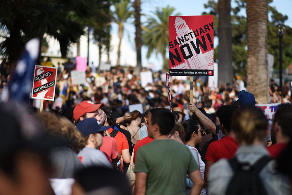 """""""Les rêveurs ont perdu le sommeil"""": Los Angeles défile pour les jeunes sans-papiers"""