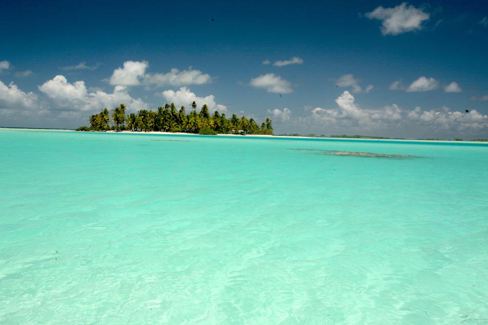 Symphonie de bleus et de vert jade, le Lagon bleu est un lagon incrusté dans la barrière de corail de Rangiroa.