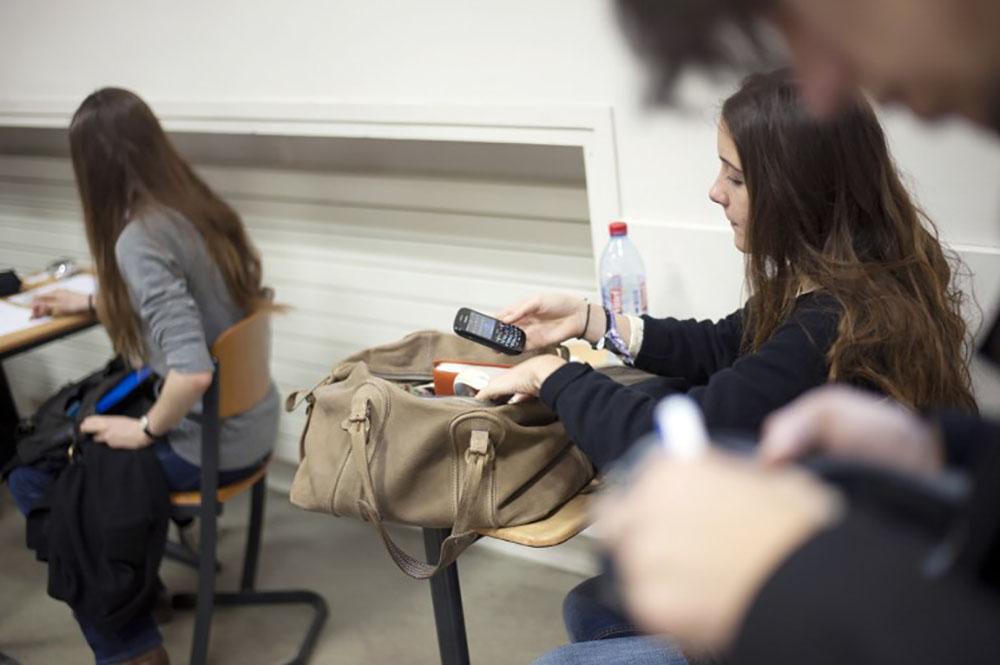 Vers une interdiction du portable au collège en 2018, selon Blanquer