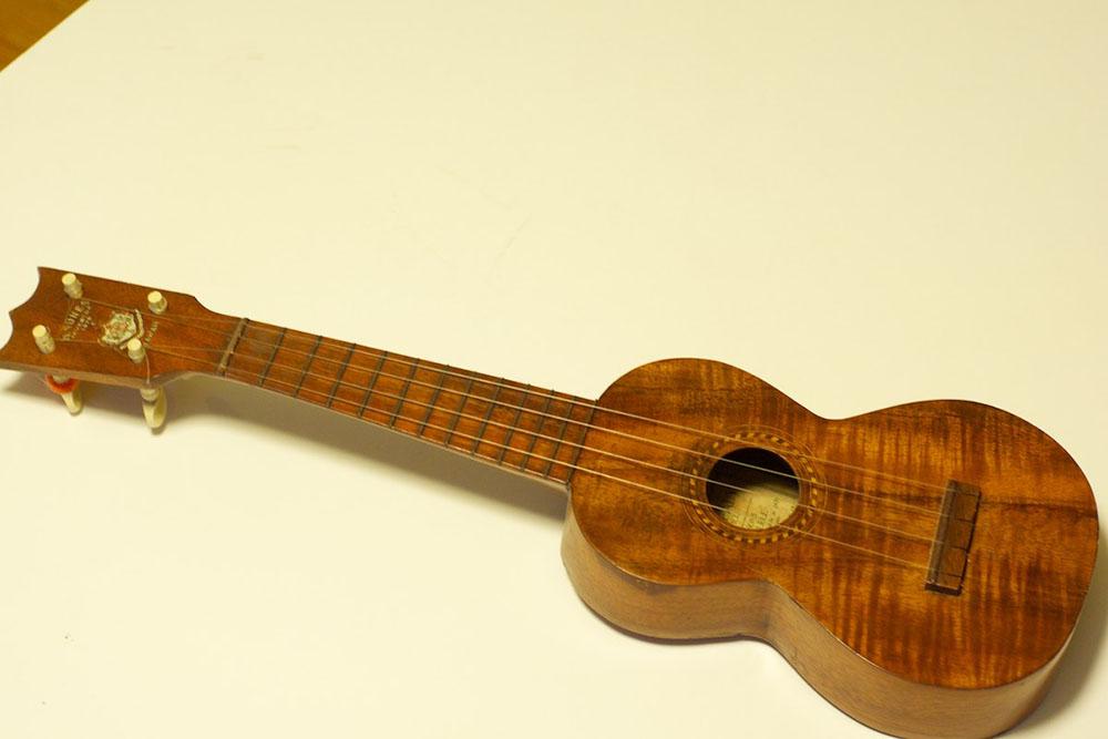 Un ukulele de la marque Nunes; celui-ci est daté de 1916, la fabrique de Manuel Nunes et de ses fils ayant fermé ses portes en 1917.