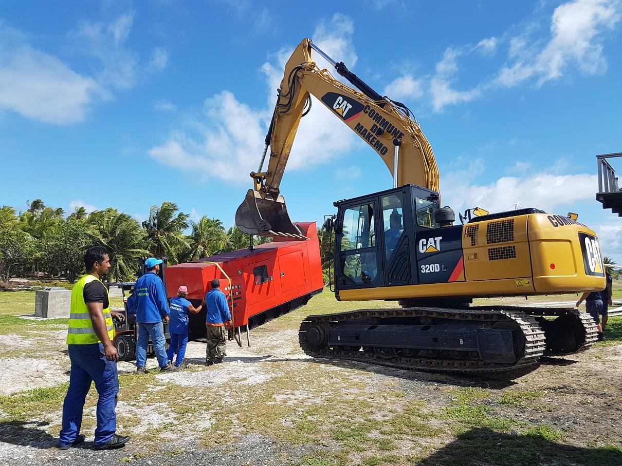 Le générateur installé provisoirement au centre du village de Pouheva a été déplacé lundi, après rétablissement du réseau de distribution électrique moyenne tension de Makemo.