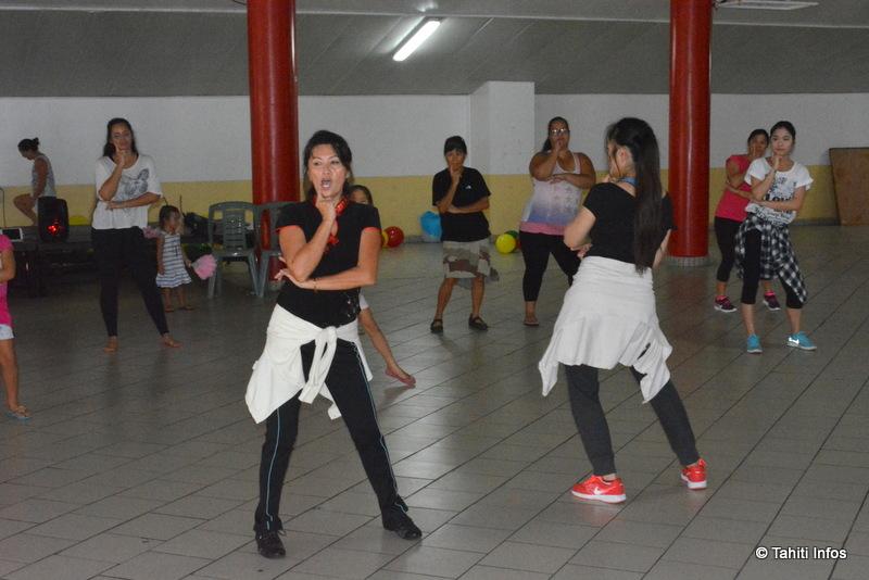 """Marilyn Liu en plein cours de danse chinoise """"contemporaine"""", avoir une séance de danse de l'éventail plus traditionnelle"""