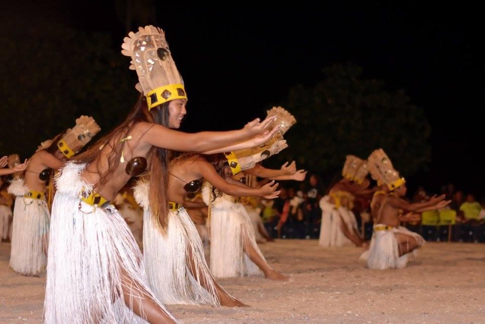 La troupe de Tiputa a ouvert les concours de chants et danses, lundi soir.