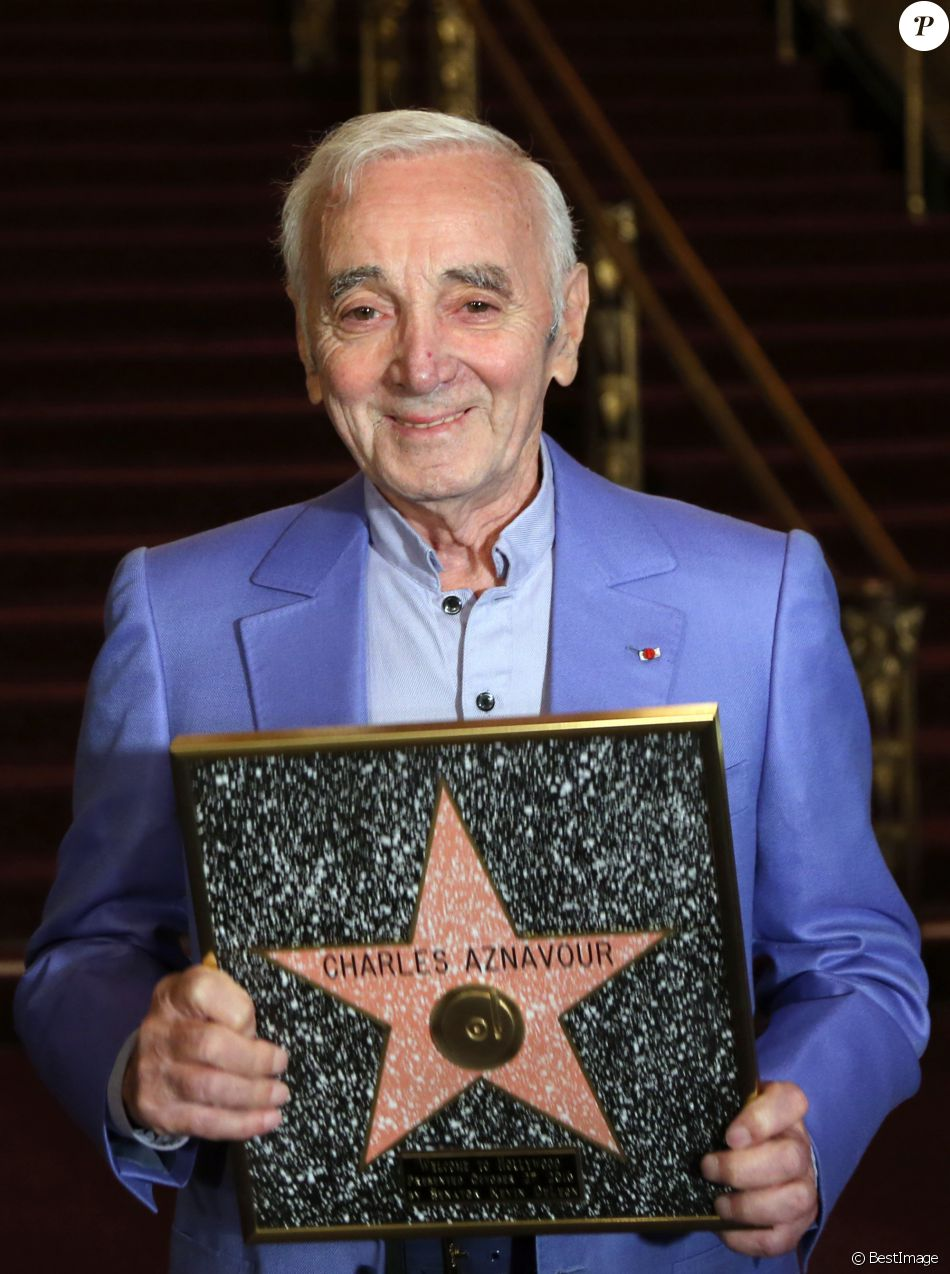 """Son étoile brille en lettres dorées sur le prestigieux """"Walk of Fame"""" d'Hollywood, parmi une constellation d'autres stars."""