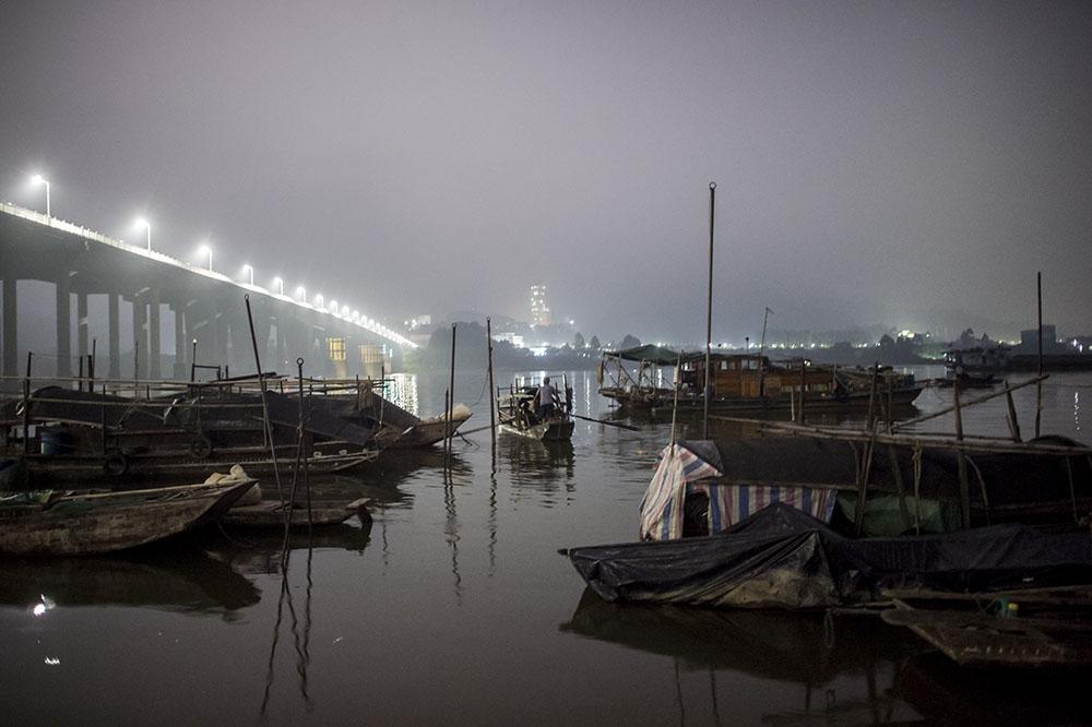 Chine: sur la rivière, des pêcheurs emportés par la vie moderne