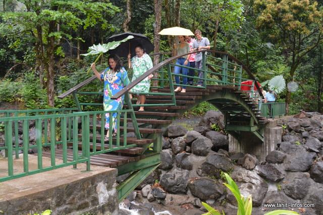 Le pont aux trois cascades est plus pratique.
