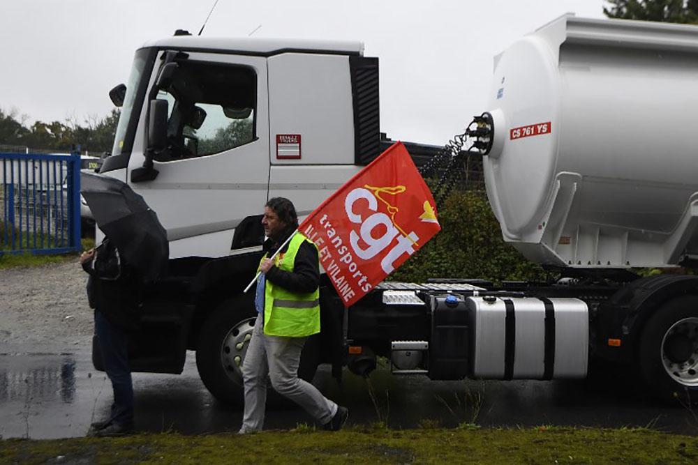 Contre la réforme du travail, des routiers ciblent routes et dépôts pétroliers