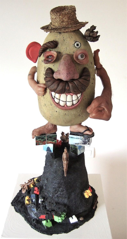 """""""Monsieur Patate aime se fritter"""", 2011. Silicone, sable noir, résine, fibres végétales, étain, jouets en plastique."""