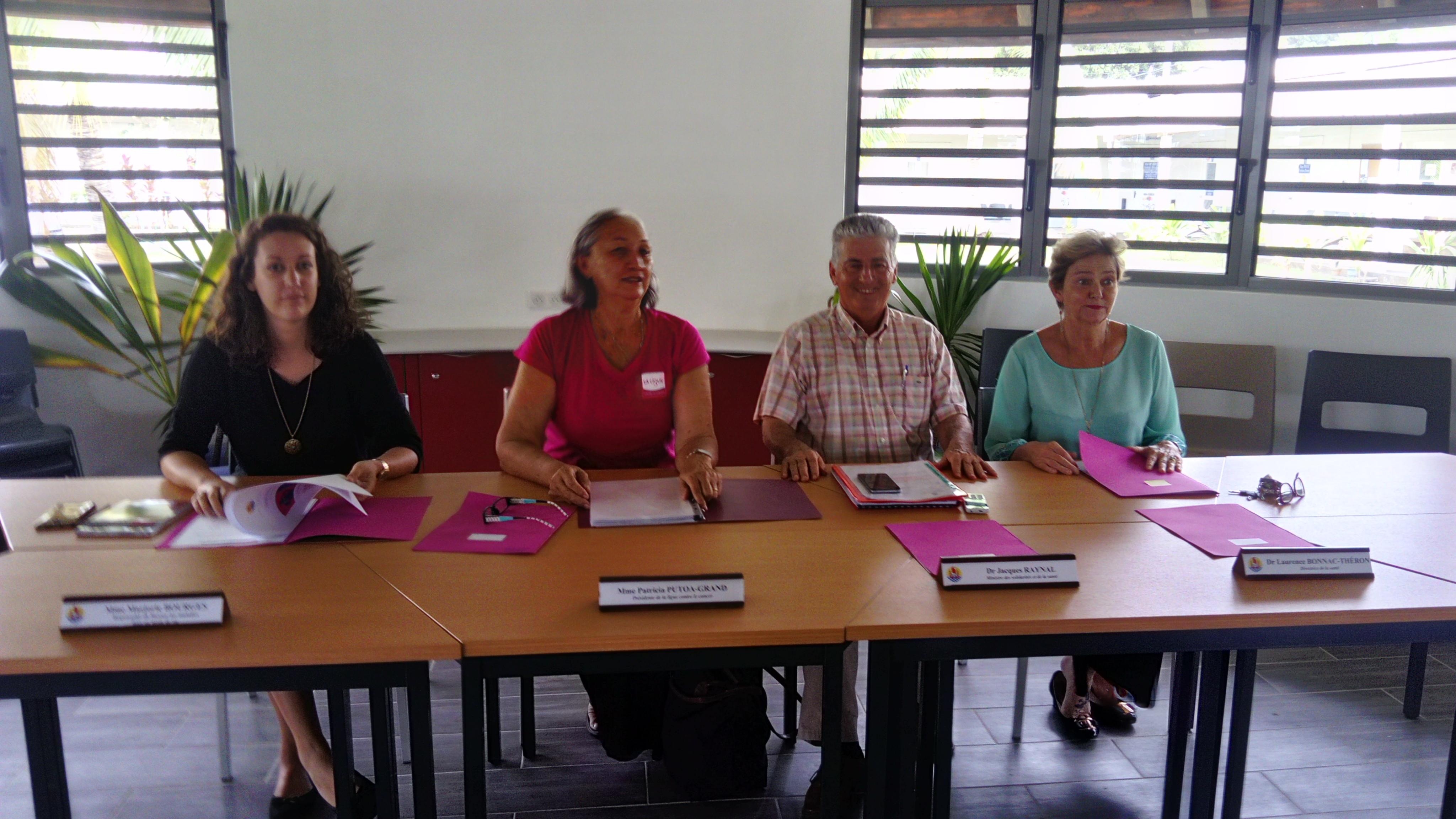 Le ministre des solidarités, Jacques Raynal, entouré de Patricia Grand, Présidente de la ligue contre le cancer et du Dr Laurence Bonnac-Theron, directrice de la santé.