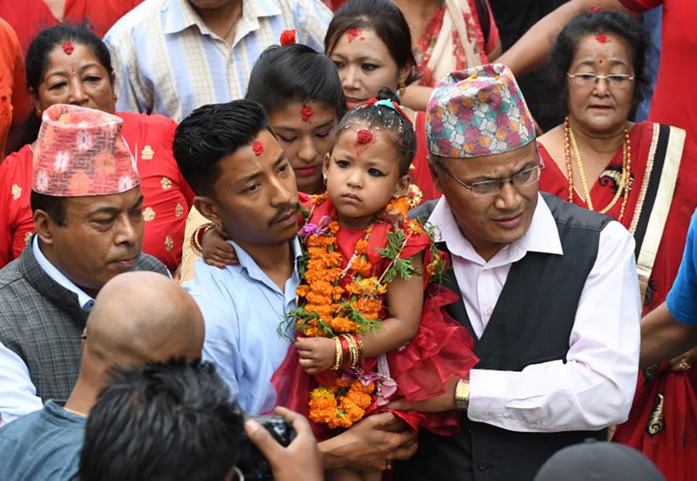 """Népal: une fille de trois ans intronisée nouvelle """"déesse vivante"""""""