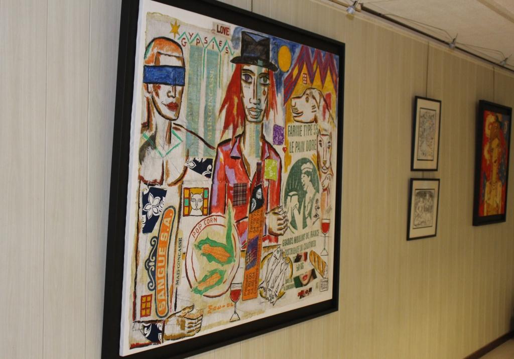 La toile Gypsies est la plus grande de l'exposition. C'est un tableau mixte, collage et peinture.