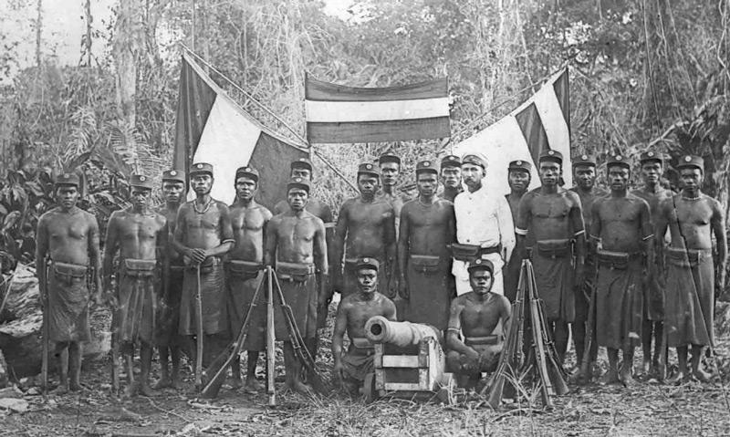 Dès 1899, l'Allemagne avait organisé un semblant d'armée sur son territoire papou, pour faire face aux révoltes et autres actes de vandalisme plus que pour résister à d'éventuels ennemis extérieurs.