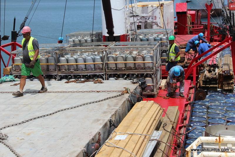 La compagnie Tuhaa Pae a affrété samedi le cargo Mareva Nui pour faire une importante livraison de denrées alimentaires, marchandises diverses et de carburant, à destination de l'archipel des Australes.