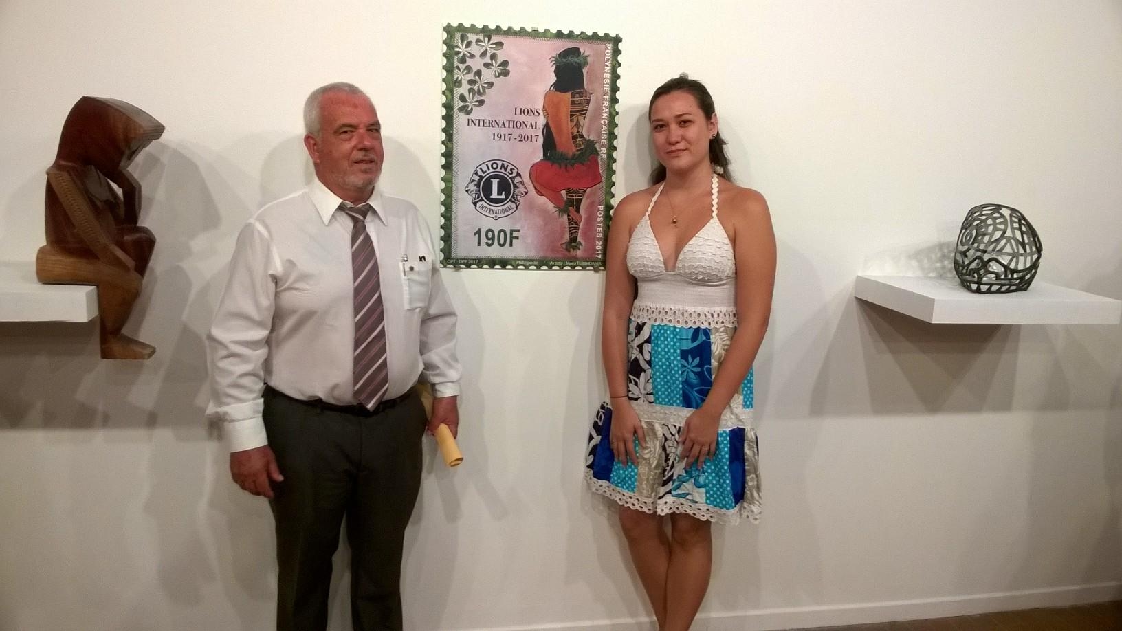 Patrick Bagur, président du Lions Club Papeete, avec Moea, l'artiste qui a dessiné ce timbre