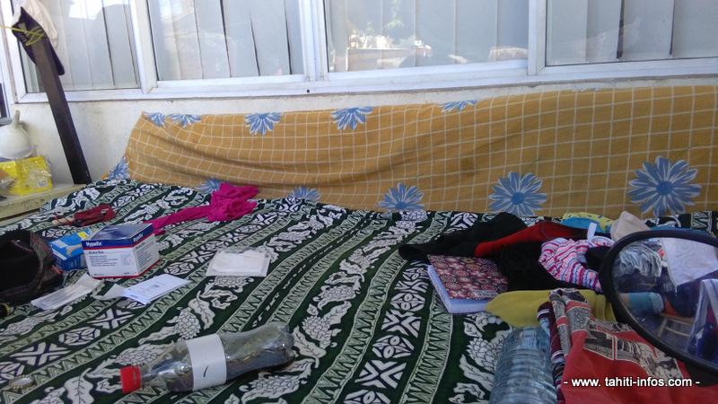 Le lit, arrangé de matériel récupéré sur les trottoirs.