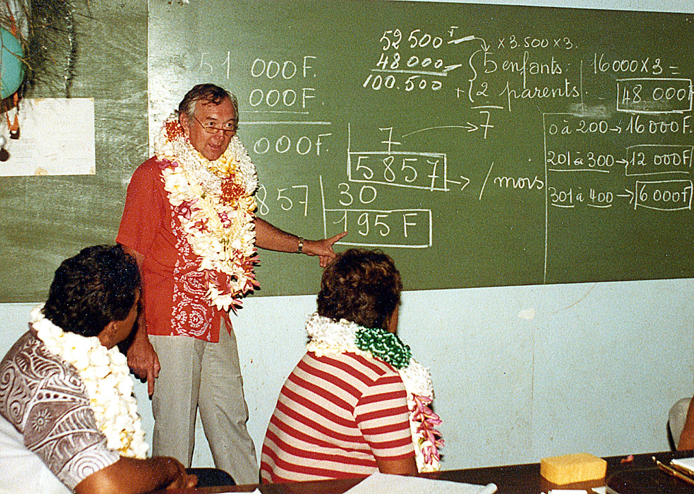A Mangareva, avant de se lancer dans la vie politiqiue, Gaston Flosse était instituteur