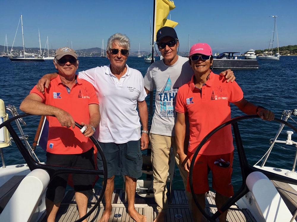L'équipage tahitien Bruno, Roland et Joël accueillis par Pierre (en blanc) sur son bateau, le Lady Jo.