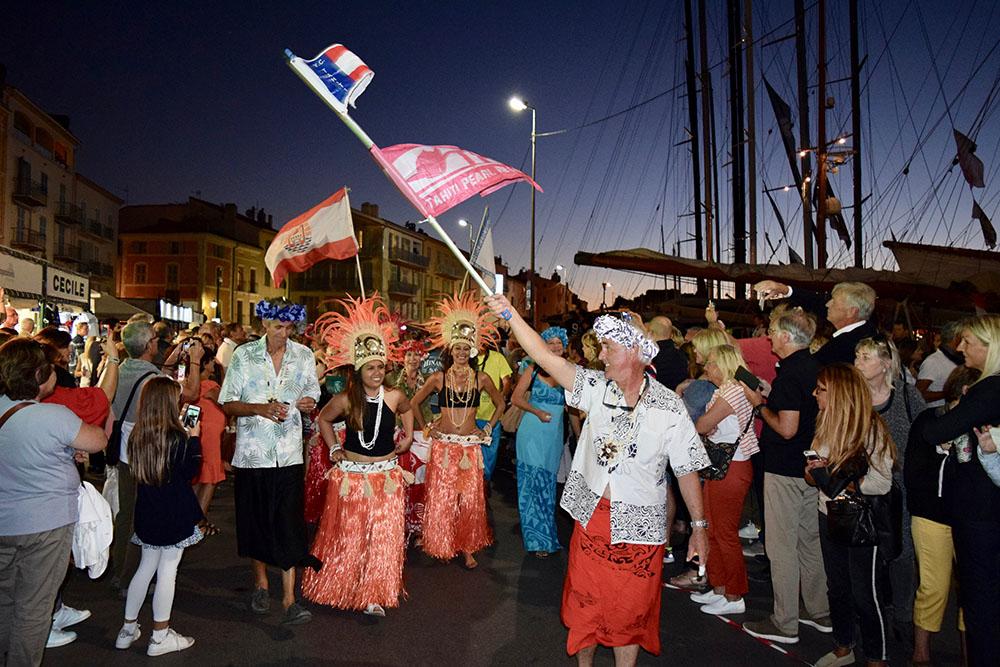 Les rues de Saint-Tropez aux couleurs de Tahiti grâce aux bénévoles de l'association Raiatea Regatta et à l'équipage vainqueur de la TPR 2017.