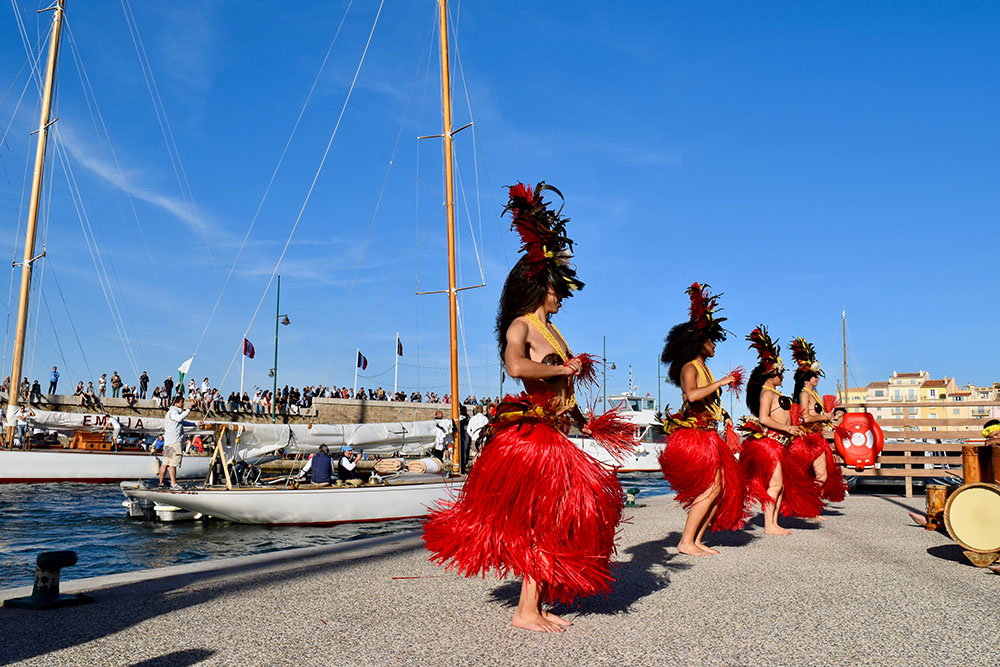 Les régatiers sont accueillis à leur retour au port par une troupe de danse tahitienne et ses musiciens.