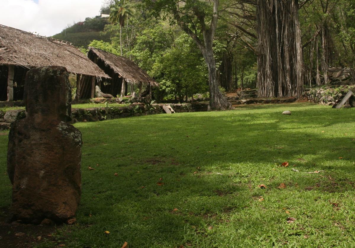 Le tohua au temps de sa splendeur, avec, sur l'esplanade, vu de dos, le moai pascuan.