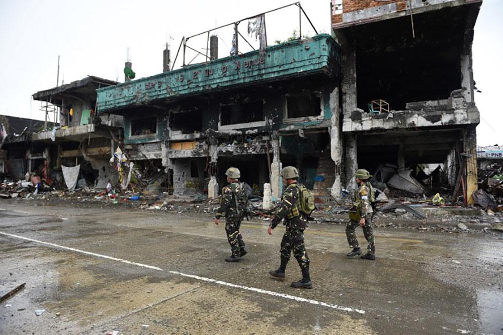 """Philippines: Duterte dit que Marawi est """"libérée"""" mais les combats continuent"""