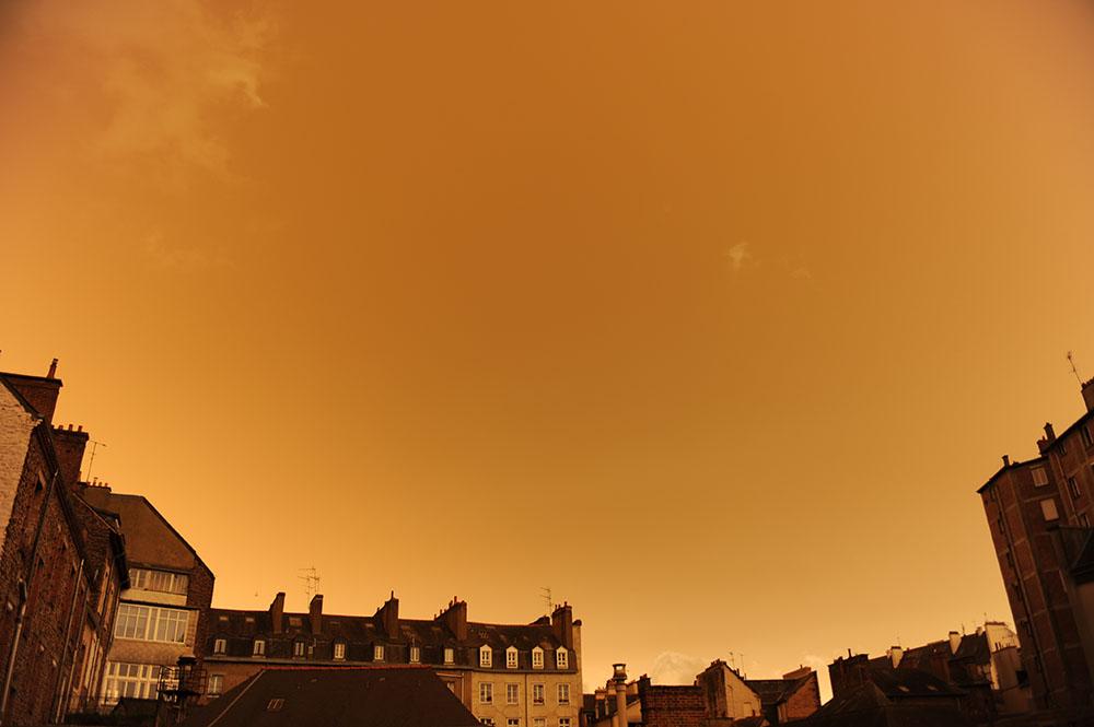 Tempête Ophelia: ciel jaune crépusculaire au-dessus de la Bretagne