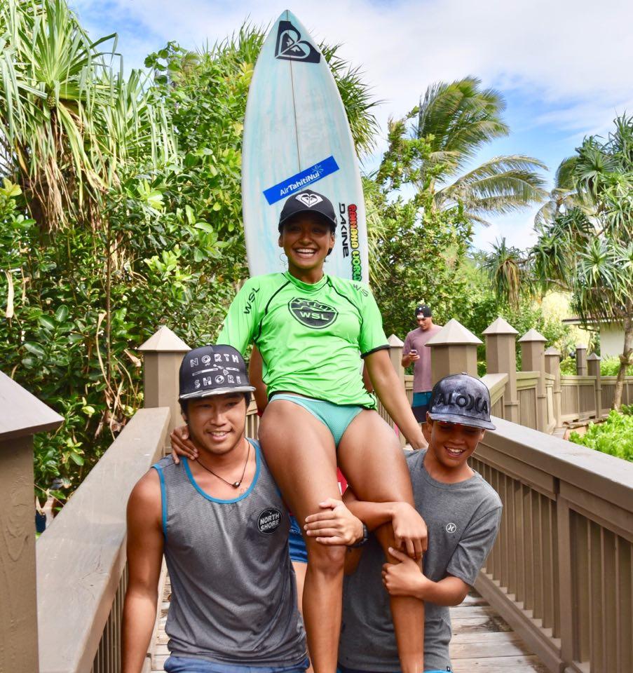 La jeune surfeuse de Huahine, soutenue par Keoni Yan et Haunui David