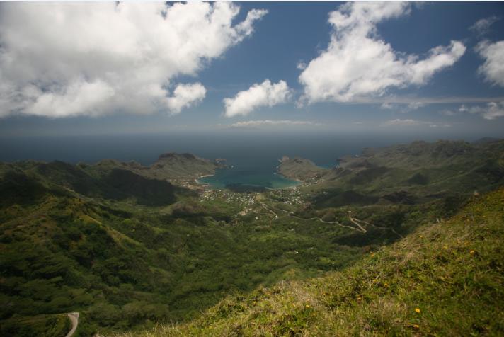 La baie de Taiohae telle qu'elle apparaît au visiteur arrivant de l'aérodrome de Terre Déserte. La route est longue, mais la vue est splendide.