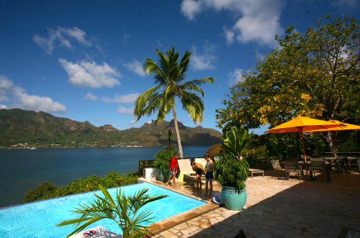 Un des atouts de l'hôtel, sa piscine dominant la baie de Taiohae ; « the place to be » après une journée de découvertes et de randonnée.