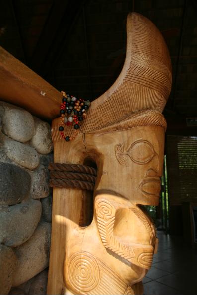 Emblématique cariatide de l'hôtel, l'une des deux reproductions (en grand) d'échasses anciennes devant le bar et la réception.