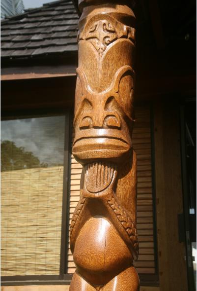 « Kaoha nui » à Nuku Hiva semble dire ce tiki de bois veillant sur l'entrée de l'hôtel.