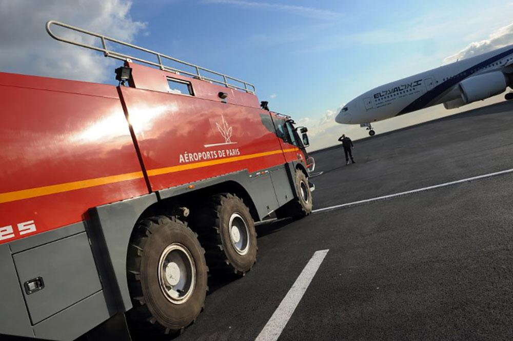 """N-Calédonie: l'incendie près de l'aéroport """"pas encore maîtrisé"""""""
