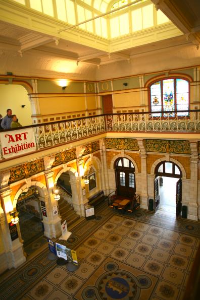 Le hall d'entrée de la gare, qui sert aussi de salle d'exposition à l'étage.