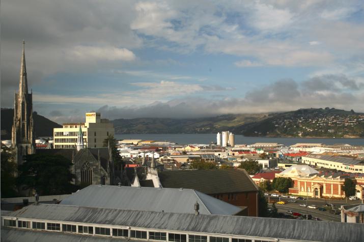 On ne voit pour ainsi dire pas la mer à Dunedin, les installations du Otago Harbour coupant la vue sur la baie.