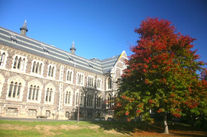 Plus de 25 000 étudiants sont formés chaque année sur le campus de la cité dont certains bâtiments sont tout simplement magnifiques.